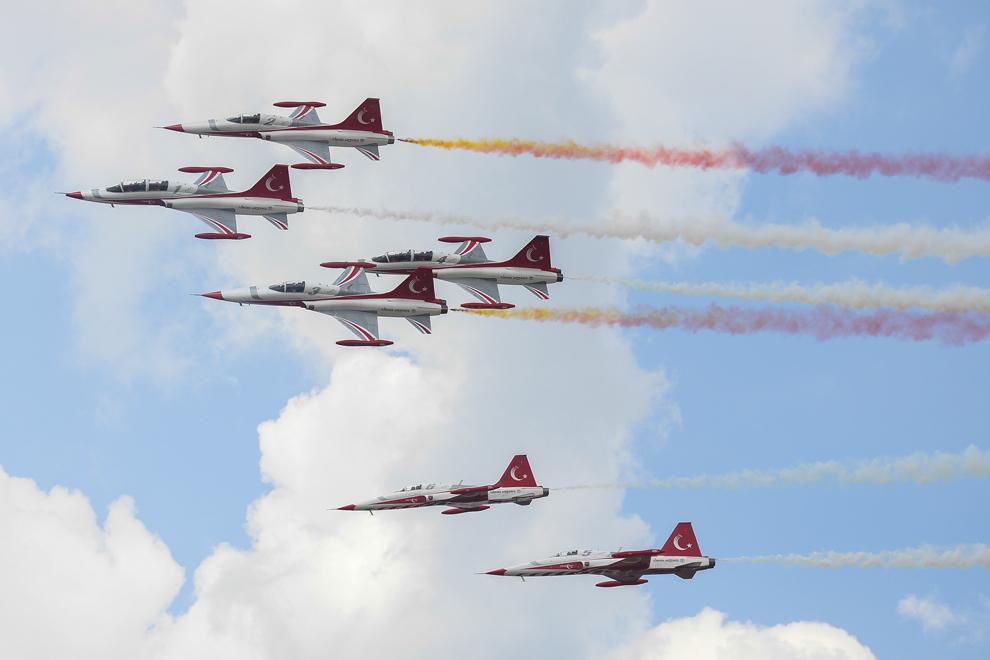 Avioane ale echipei de acrobaţie aeriană din Turcia, Turkish Stars, pot fi văzute în timpul spectacolului aviatic de la 'Bucharest International Air Show & General Aviation Exibition 2015 - BIAS 2015', organizat la Aeroportul Internaţional Bucureşti Băneasa 'Aurel Vlaicu', în Bucureşti, sâmbătă, 20 iunie 2015.