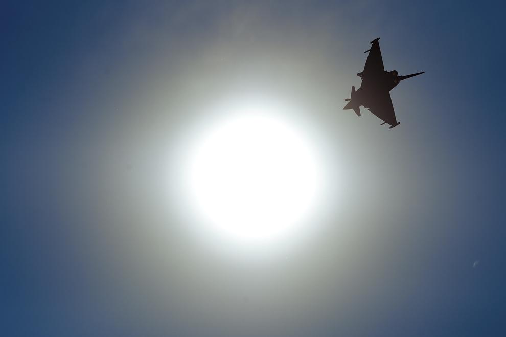 Un avion Eurofighter Typhoon evoluează în timpul spectacolului aviatic de la 'Bucharest International Air Show & General Aviation Exibition 2015 - BIAS 2015', organizat la Aeroportul Internaţional Bucureşti Băneasa 'Aurel Vlaicu', în Bucureşti, sâmbătă, 20 iunie 2015.