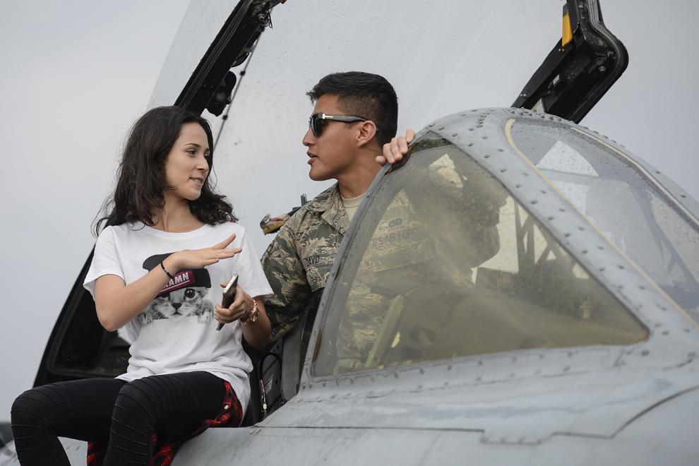 O tânără discută cu caporalul David, pilor al unui avion A-10 Thunderbolt II, în timpul spectacolului aviatic de la 'Bucharest International Air Show & General Aviation Exibition 2015 - BIAS 2015', organizat la Aeroportul Internaţional Bucureşti Băneasa 'Aurel Vlaicu', în Bucureşti, sâmbătă, 20 iunie 2015.