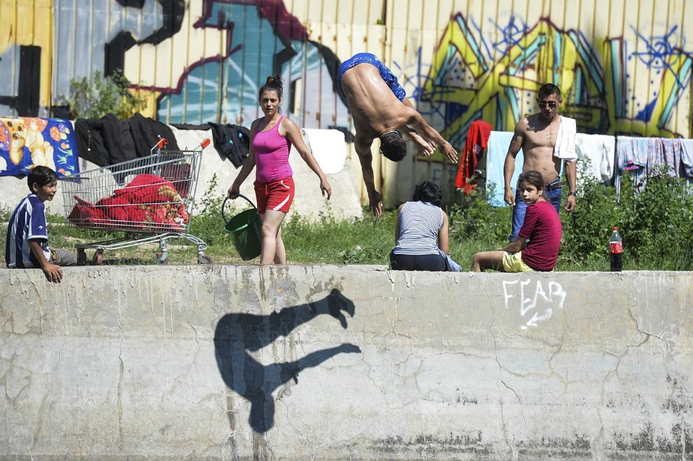 Un tânăr se scaldă în râul Dâmboviţa, în Bucureşti, luni, 6 iulie 2015.