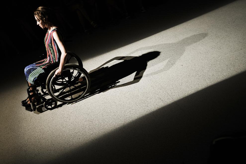O tânără în scaun rulant participă la o prezentare de modă la Sibiu, marţi, 7 iulie 2015. 12 modele cu dezabilităţi au participat la prezentarea de modă Atipic Beauty, în cadrul Feeric Fashion Days. Asociatia Open Your Heart a introdus, în 2013, în România un nou concept, moda pentru persoane cu dizabilităţi.