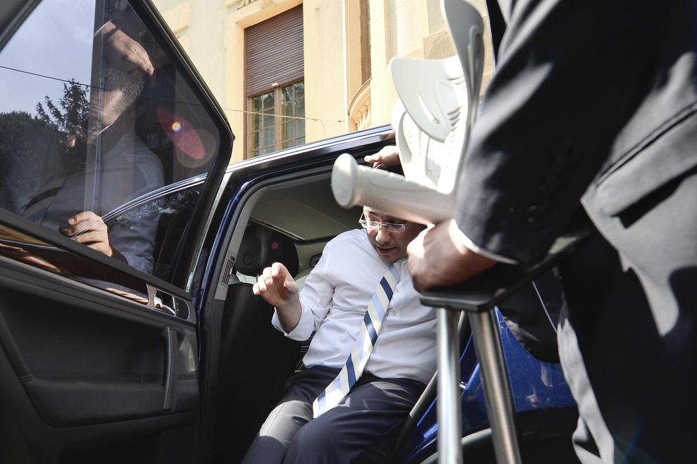 Premierul Victor Ponta se urcă în maşină, după ce a participat la şedinţa coaliţiei de guvernare, la sediul PSD, în Bucureşti, luni, 13 iulie 2015.