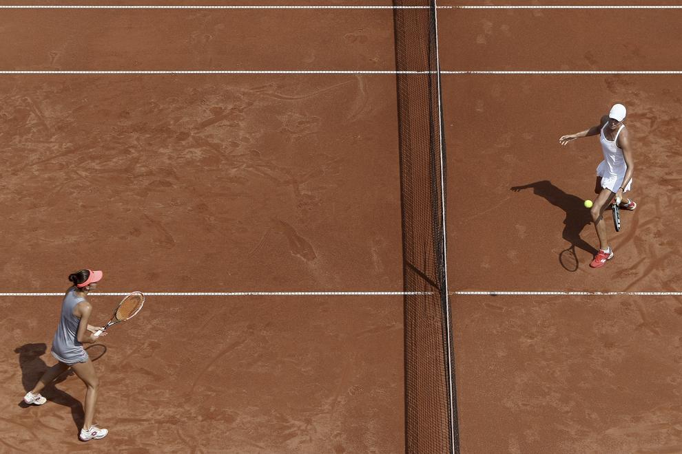 Perechea Oksana Kalashnikova / Demi Schuurs returnează mingea în meciul împotriva perechii Andreea Mitu / Patricia Maria Ţig, în cadrul finalei la dublu a turneului de tenis feminin BRD Bucharest Open, duminică, 19 iulie 2015.