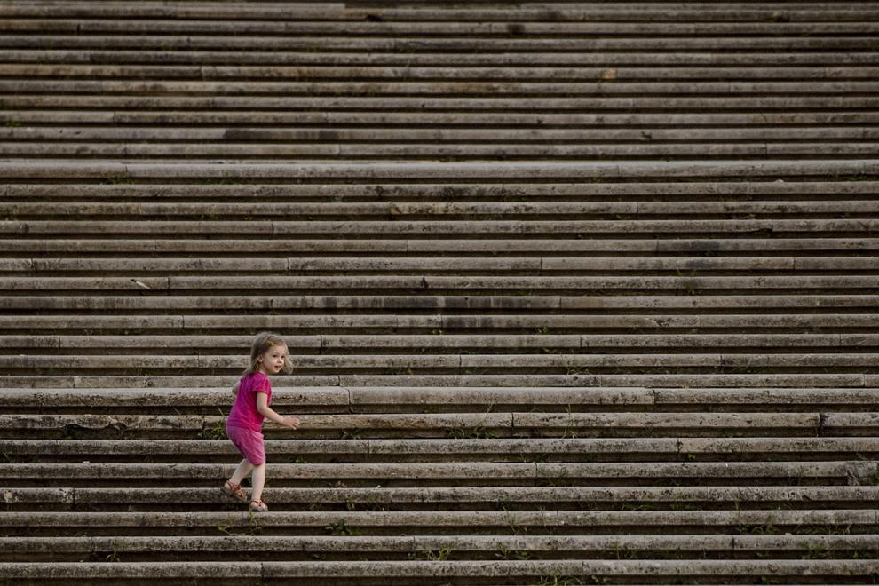 Un copil urca treptele din parcul Carol din Bucuresti, miercuri, 5 august 2015.