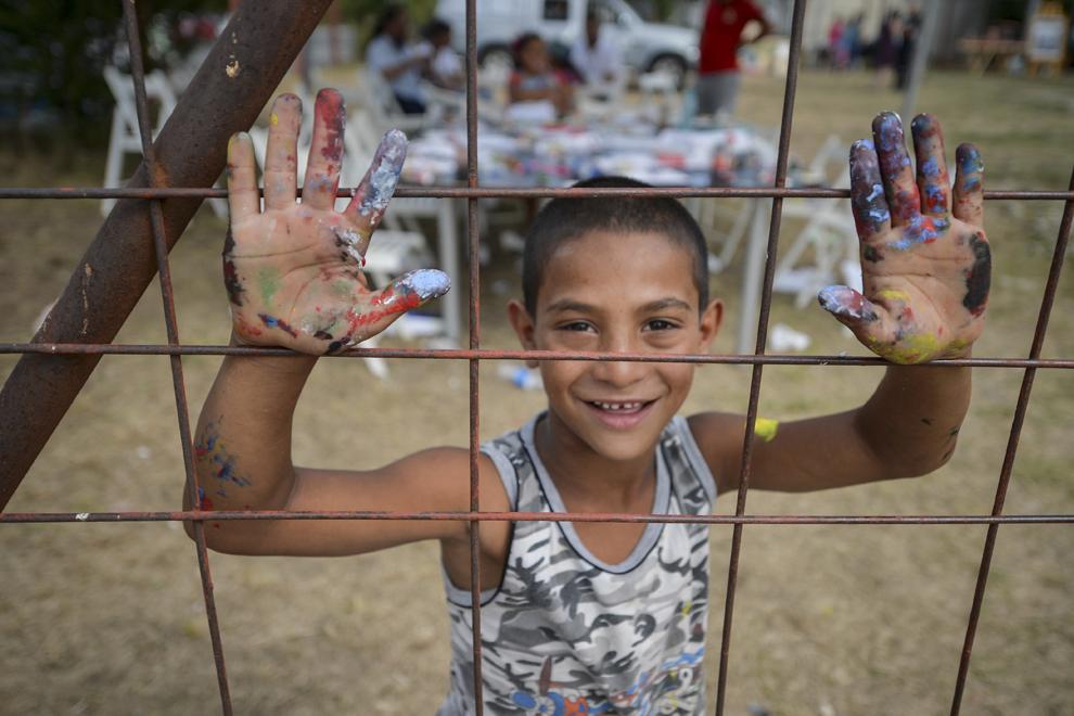 Sorin, in varsta de cinci ani, pozeaza in timpul Festivalului Solidaritatii Pakivalo, la Muzeul Culturii Romilor din Bucuresti, joi, 6 august 2015.
