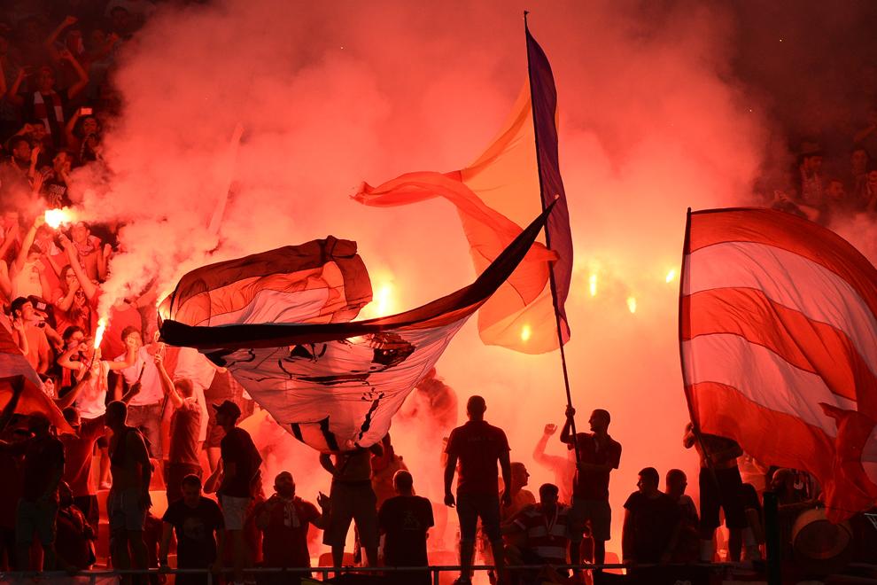 Articole pirotehnice sunt aprinse in meciul Steaua-Dinamo, din etapa a V-a a Ligii I, pe Arena Nationala din Bucuresti, duminica, 9 august 2015.