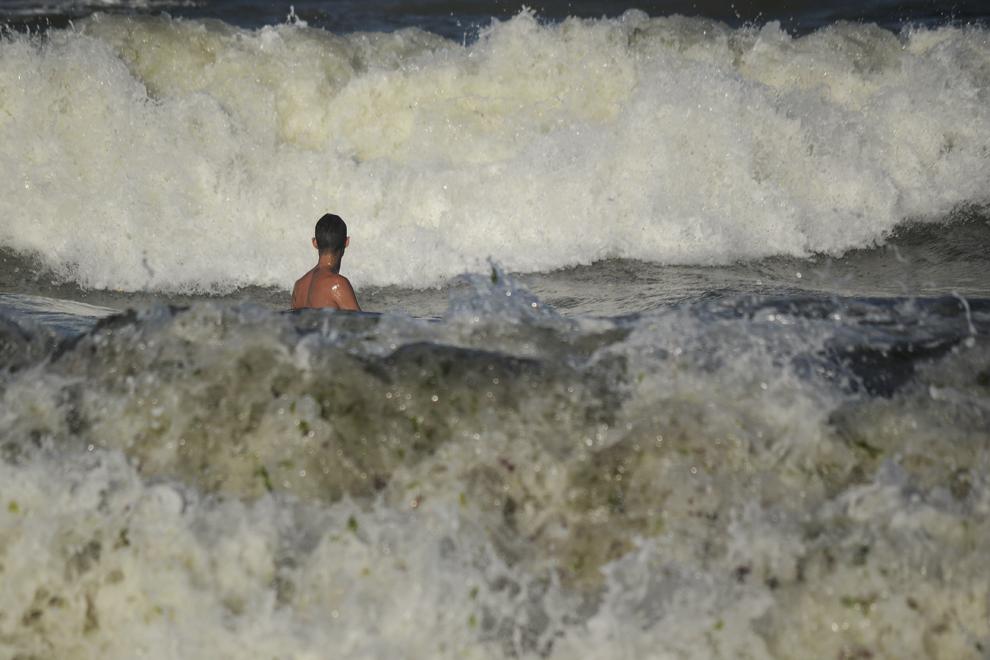 O persoana se relaxeaza in Marea Neagra, in statiunea Vama Veche, Constanta, duminica, 9 august 2015. Salvamarii au arborat la sfârsitul acestei saptamâni steagul rosu pe tot litoralul românesc deoarece marea este foarte agitata, iar curentii extrem de puternici.