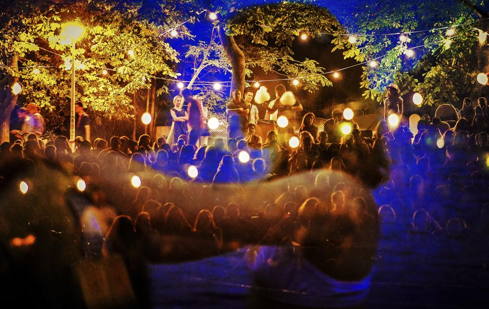 """Imagine cu expunere multipla Persoane asista la proiectiile din cadrul celei de a doua editii a festivalului de film in aer liber """"Arini Fest"""", in parcul """"Sub Arini"""" din Sibiu, duminica, 9 august 2015. Festivalul se desfasoara in perioada 7-9 august."""