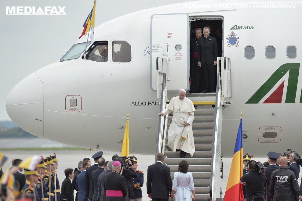 Papa Francisc soseste pentru o vizita de 3 zile in Romania, vineri 31 mai 2019, pe aeroportul Henri Coanda din Bucuresti.  EDUARD VINATORU / MEDIAFAX FOTO