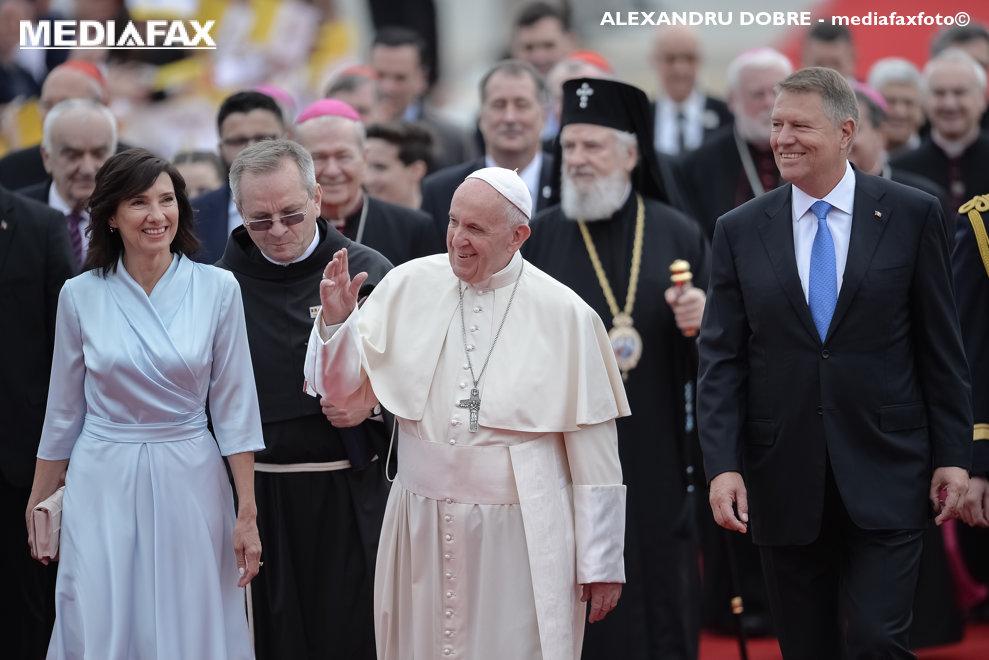 Papa Francisc este insotit de Carmen Iohannis (S) si de presedintele Klaus Iohannis (D), la sosirea sa pentru o vizita de 3 zile in Romania, vineri 31 mai 2019, pe aeroportul Henri Coanda din Bucuresti.  ALEXANDRU DOBRE / MEDIAFAX FOTO
