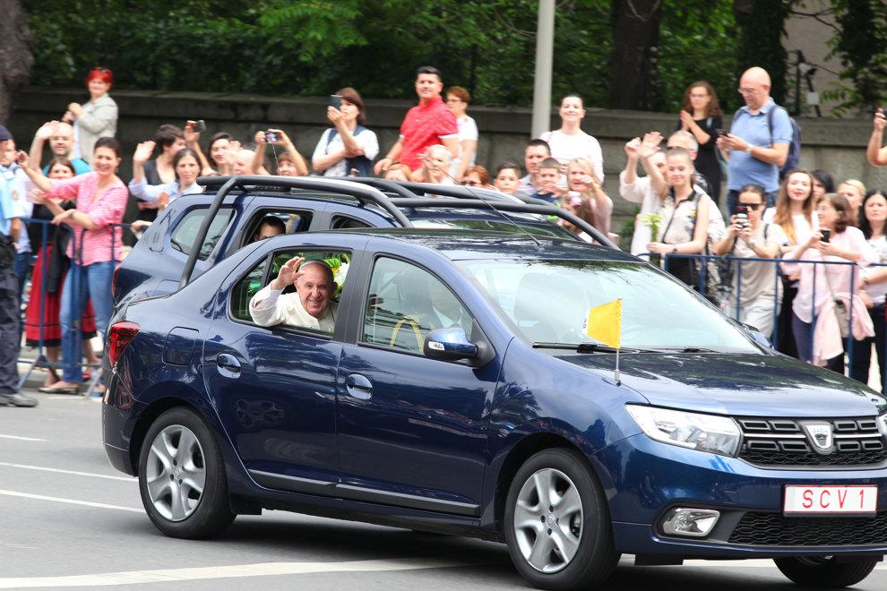 Papa Francisc strabate Soseaua Kiseleff intr-un autoturism Logan, dupa sosirea sa pe aeroportul Henri Coanda, pentru o  vizita de 3 zile in Romania, vineri 31 mai 2019.  TONI SALABASEV/ MEDIAFAX FOTO
