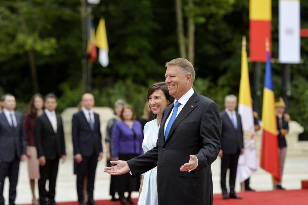 Presedintele Klaus Iohannis reactioneaza la sosirea Papei Francisc (nu se afla in imagine), la Palatul Cotroceni, in prima zi a vizitei Suveranuluii Pontif in Romania, vineri 31 mai 2019. ANDREEA ALEXANDRU / MEDDIAFAX FOTO