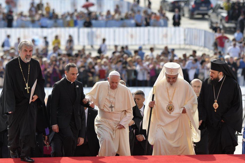 Papa Francisc (C) si Patriarhul Daniel (D) sosesc impreuna la Catedrala Neamului din Bucuresti, vineri 31 mai 2019. ANDREEA ALEXANDRU / MEDIAFAX FOTO