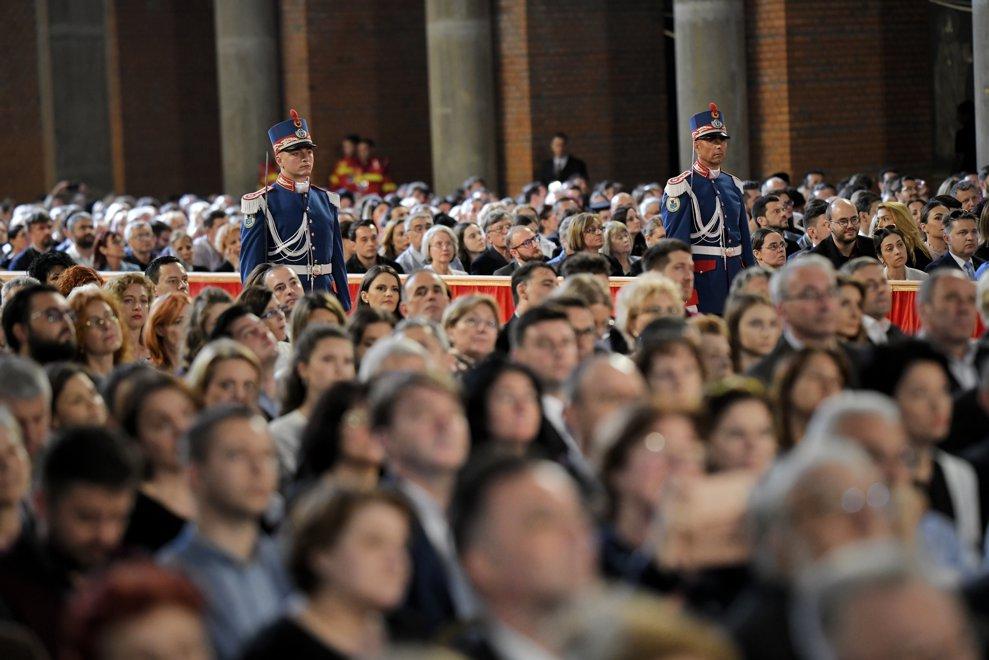 Doi soldati din garda de onoare a Suveranului Pontif pot fi vazuti, alaturi de crediciosii care asiata la ceremoniile religioase prilejuite de intalnirea dintre Papa Francisc si Patriarhul Daniel, la Catedrala Neamului din Bucuresti, vineri 31 mai 2019. ANDREEA ALEXANDRU / MEDIAFAX FOTO
