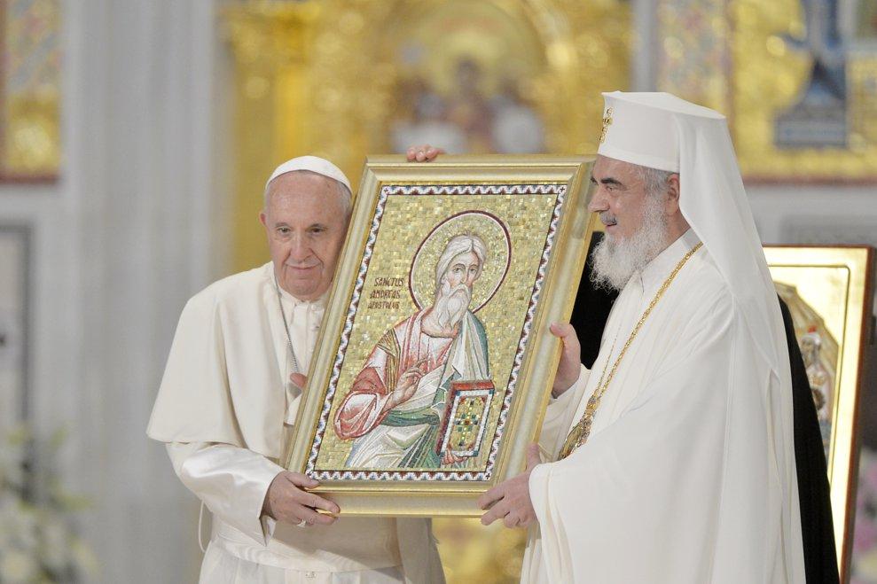 Papa Francisc si patriarhul Daniel tin in maini o icoana, la finalul rugaciunilor, in Catedrala Neamului din Bucuresti, vineri 31 mai 2019. ANDREEA ALEXANDRU / MEDIAFAX FOTO