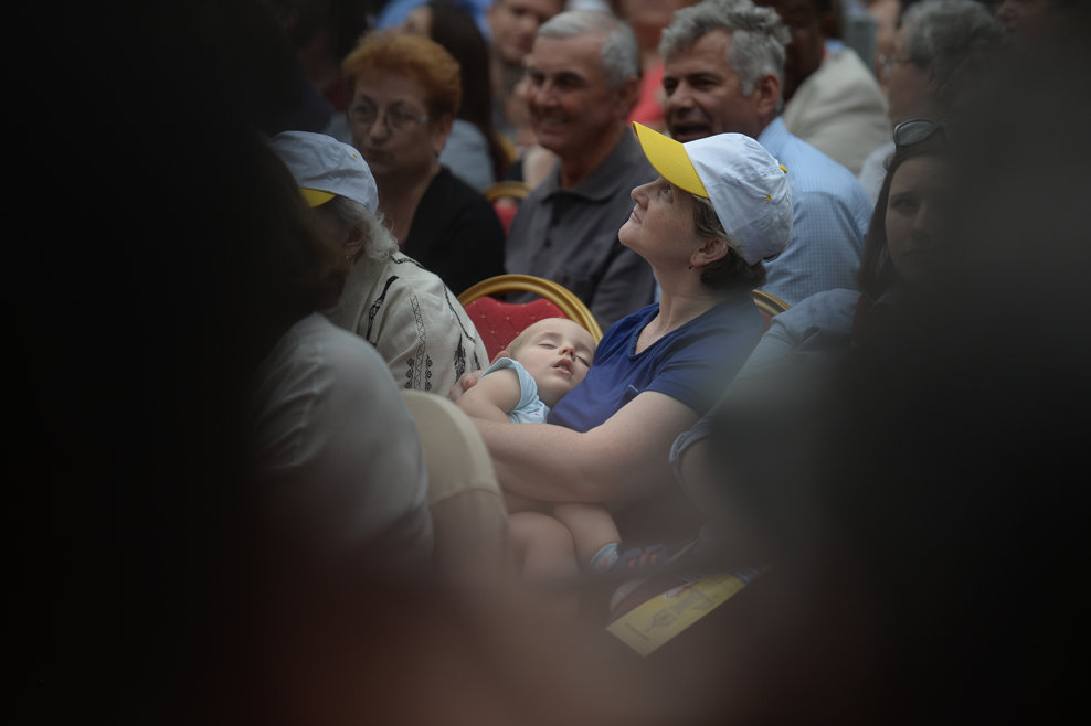 O credincioasa isi tine copilul adormit in brate, in astepatarea Papei Francisc, la catedrala Sf. Iosif din Bucuresti, unde Suveranul Pontif va oficia Sfanta Liturghie urmata de o predica, in prima zi a vizitei sale in Romania, vineri 31 mai 2019. ALEXANDRU DOBRE / MEDIAFAX FOTO