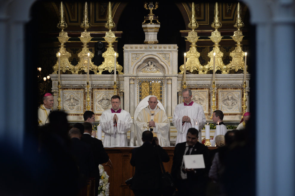 Papa Francisc (C) oficiaza Sfanta Liturghie la catedrala Sfantul Iosif din Bucuresti, in prima zi a vizitei sale in Romania, vineri 31 mai 2019. ALEXANDRU DOBRE / MEDIAFAX FOTO