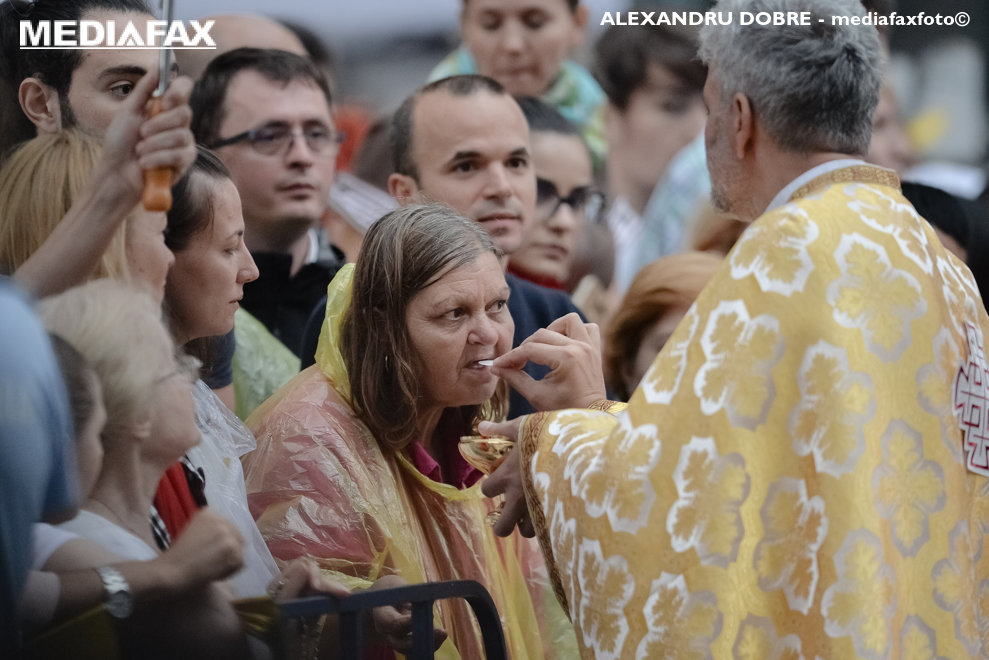 O credincioasa accepta Sfanta Impartasanie de la un preot, in timpul oficierii Sfintei Liturghii de catre Papa Francisc, in catedrala Sf. Iosif din Bucuresti, in prima zi a vizitei Suveranului Pontif in Romania, vineri 31 mai 2019. ALEXANDRU DOBRE / MEDIAFAX FOTO