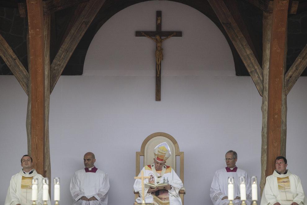Papa Francisc (C) oficiaza in fata a peste 80.000 de persoane din intreaga lume, Sfanta Liturghie, la sanctuarul marian de la Sumuleu Ciuc, Harghita, sambata 1 iunie 2019. MEDIAFAX FOTO/POOL/OCTAV GANEA