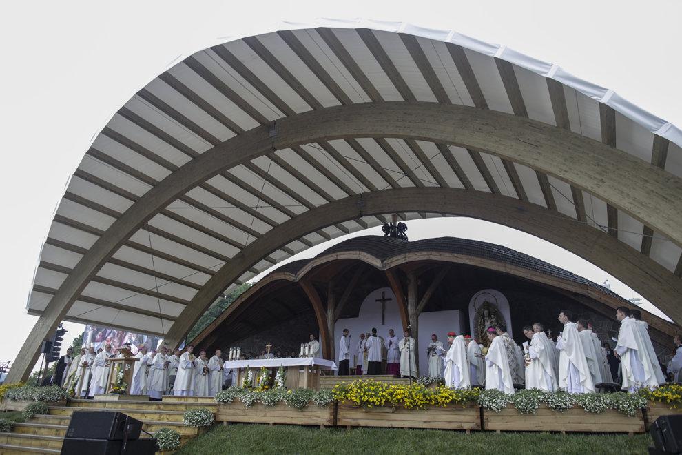 Peste 80.000 de persoane din intreaga lume participa, la Sfanta Liturghie oficiata de Papa Francisc la sanctuarul marian de la Sumuleu Ciuc, Harghita, sambata 1 iunie 2019. MEDIAFAX FOTO/POOL/OCTAV GANEA