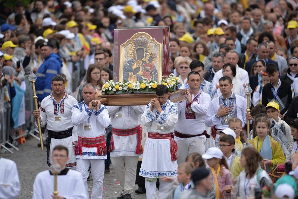 Un grup de barbati poarta icoana Maicii Domnului de la Cacica, in timpul vizitei Papei Francisc la Iasi, in a doua zi a vizitei suveranului pontif in Romania, sambata 1 iunie 2019. ALEXANDRU DOBRE / MEDIAFAX FOTO