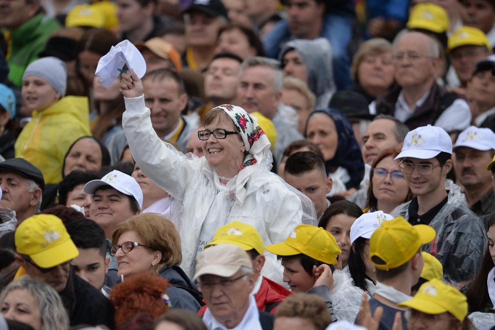 Pelerini reactioneaza la discursul sustinut de Papa Francisc in fata Palatului Culturii din Iasi, in a doua zi a vizitei suveranului pontif in Romania, sambata 1 iunie 2019. ALEXANDRU DOBRE / MEDIAFAX FOTO