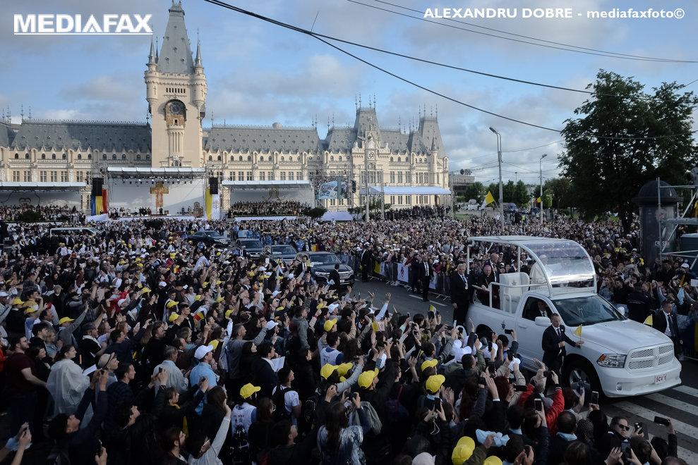 Papa Francisc isi ia la revedere de la cei 150.000 de pelerini veniti la Iasi sa-i asculte discursul sustinut in fata Palatului Culturii, in a doua zi a vizitei Suveranului Pontif in Romania, sambata 1 iunie 2019. ALEXANDRU DOBRE / MEDIAFAX FOTO