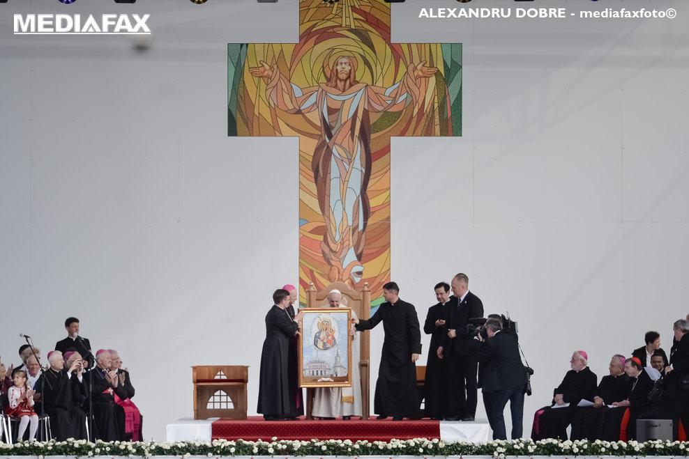 Papa Francisc primeste in dar o copie a Icoanei Maicii Donului de la Cacica, la finalul discursului sustinut in fata Palatului Culturii, in a doua zi a vizitei Suveranului Pontif in Romania, sambata 1 iunie 2019. ALEXANDRU DOBRE / MEDIAFAX FOTO