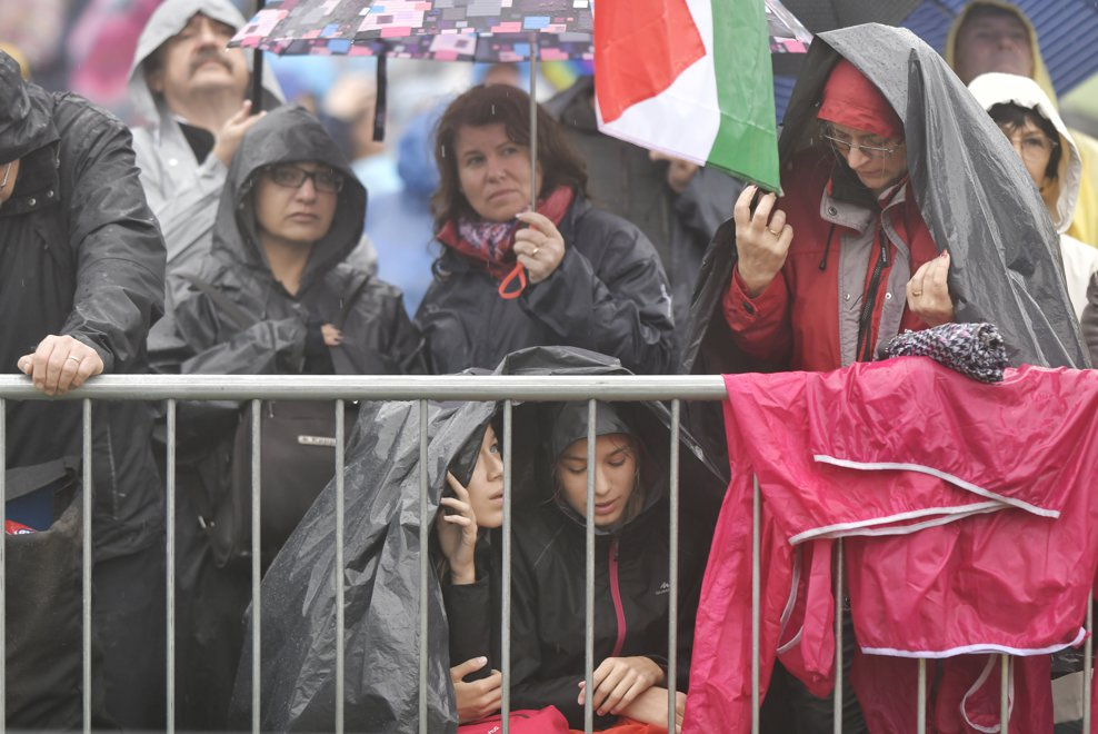 Persoane purtand pelerine de ploaie participa la Sfanta Liturghie, oficiata de Papa Francisc la sanctuarul marian de la Sumuleu Ciuc, Harghita, sambata 1 iunie 2019. ANDREEA ALEXANDRU / MEDIAFAX FOTO