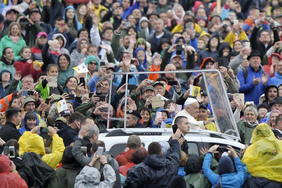 Papa Francisc se indreapta, calatorind intr-un papamobil Duster printre cele peste 80.000 de persoane din intreaga lume, catre scena sanctuarului marian de la Sumuleu Ciuc, Harghita, pentru a oficia Sfanta Liturghie, sambata 1 iunie 2019. OCTAV GANEA / POOL