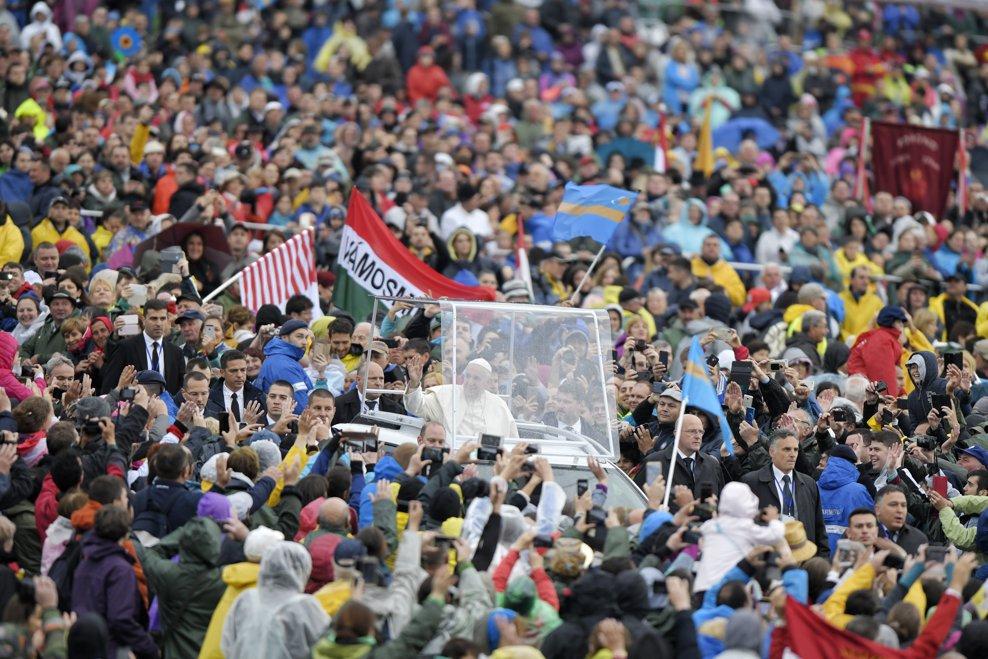 Papa Francisc se indreapta, calatorind in papamobil printre cele peste 80.000 de persoane din intreaga lume, catre scena sanctuarului marian de la Sumuleu Ciuc, Harghita, pentru a oficia Sfanta Liturghie, sambata 1 iunie 2019. ANDREEA ALEXANDRU / MEDIAFAX FOTO