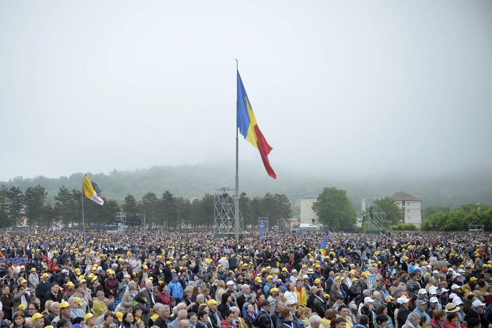 Zeci de mii de pelerini s-au strans pe Campia Libertatii din Blaj, pentru a participa, in ultima zi a vizitei pe care Papa Francisc o face in Romania, la ceremonia de beatificare a sapte episcopi greco-catolici martiri, oficiata de catre insusi Suveranul Pontif, duminica 2 iunie 2019. ANDREEA ALEXANDRU / MEDIAFAX FOTO