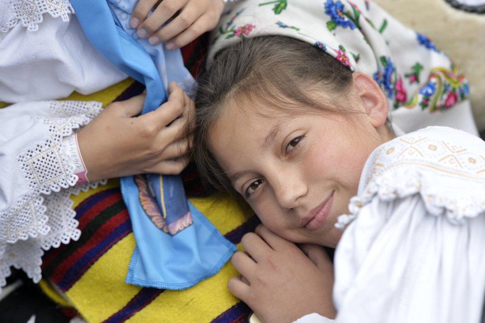 O fetita asista, in ultima zi a vizitei pe care Papa Francisc o face in Romania, la ceremonia de beatificare a sapte episcopi greco-catolici martiri, pe Campia Libertatii din Blaj, ceremonie oficiata de catre insusi Suveranul Pontif, duminica 2 iunie 2019. ANDREEA ALEXANDRU / MEDIAFAX FOTO