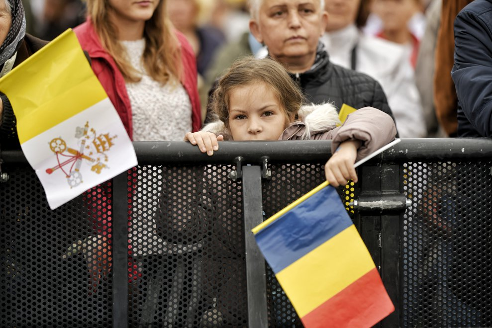 Un copil tine un stegulet tricolor in mana, intre cele cateva zeci de mii de pelerini, stransi pe Campia Libertatii din Blaj pentru a participa, in ultima zi a vizitei pe care Papa Francisc o face in Romania, la ceremonia de beatificare a sapte episcopi greco-catolici martiri, oficiata de catre insusi Suveranul Pontif, duminica 2 iunie 2019. ANDREEA ALEXANDRU / MEDIAFAX FOTO