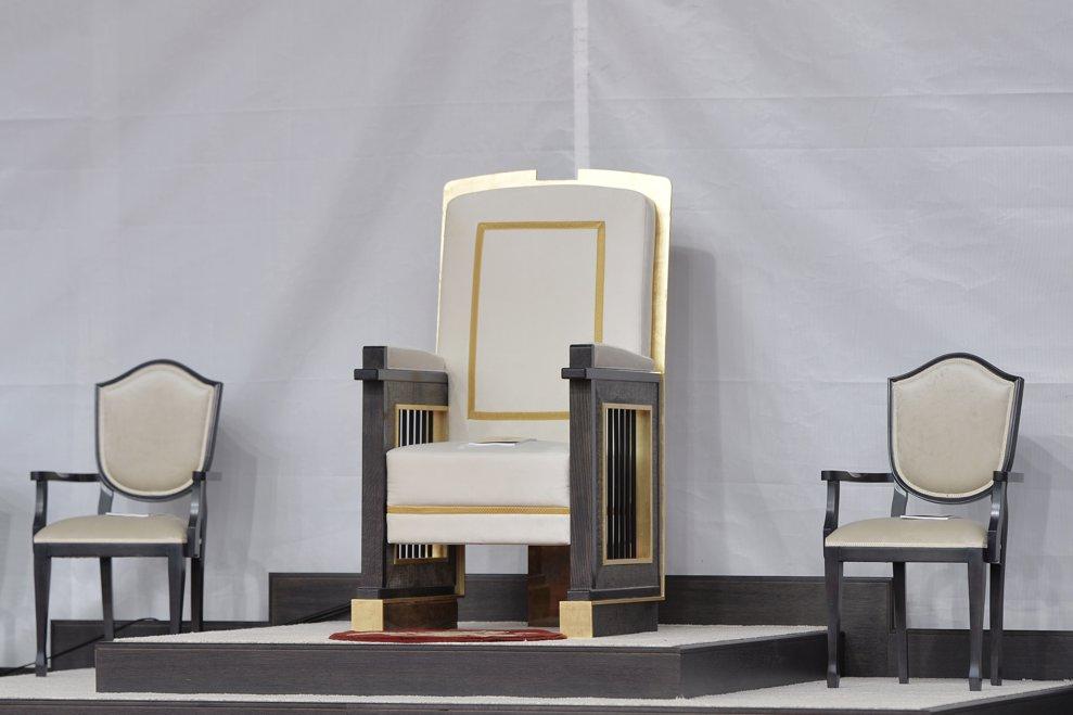 Fotoliul de pe care Papa Francisc a asistat la ceremonia de beatificare a sapte episcopi greco-catolici martiri, poate fi vazut, duminica 2 iunie 2019, pe o scena plasata pe Campia Libertatii din Blaj. ANDREEA ALEXANDRU / MEDIAFAX FOTO