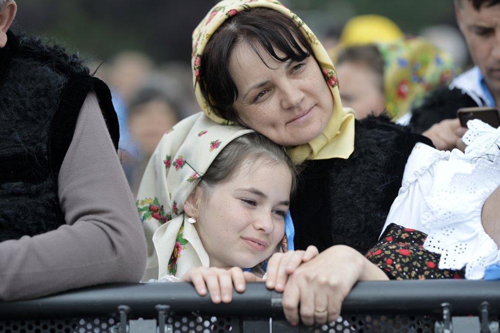 O fetita imbracata in costum popular traditional, asista la ceremonia de beatificare a sapte episcopi greco-catolici martiri, ceremonie oficiata de catre Papa Francisc, duminica 2 iunie 2019, pe Campia Libertatii din Blaj. ANDREEA ALEXANDRU / MEDIAFAX FOTO