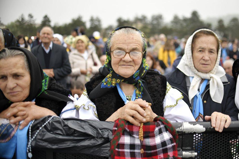 Persoane purtand costume populare traditionale, participa, printre alte cateva zeci de mii de pelerini stransi pe Campia Libertatii din Blaj, la ceremonia de beatificare a sapte episcopi greco-catolici martiri, oficiata de catre insusi Suveranul Pontif, duminica 2 iunie 2019. ANDREEA ALEXANDRU / MEDIAFAX FOTO