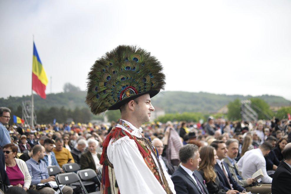 Un barbat purtand un costum popular traditional, participa, printre alte cateva zeci de mii de pelerini stransi pe Campia Libertatii din Blaj, la ceremonia de beatificare a sapte episcopi greco-catolici martiri, oficiata de catre insusi Suveranul Pontif, duminica 2 iunie 2019. ANDREEA ALEXANDRU / MEDIAFAX FOTO