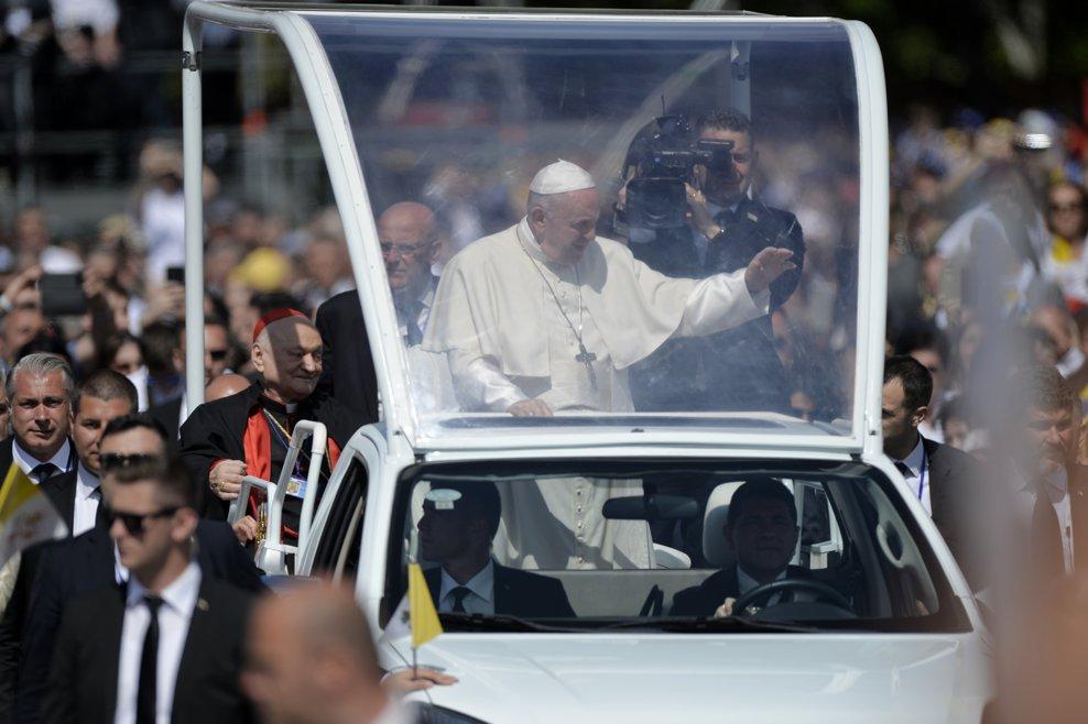 Papa Francisc trece imbarcat in papamobil, printre cele cateva zeci de mii de pelerini stransi pe Campia Libertatii din Blaj, pentru a participa, in ultima zi a vizitei pe care Suveranul Pontif o face in Romania, la ceremonia de beatificare a sapte episcopi greco-catolici martiri, oficiata de catre insusi Papa Francisc, duminica 2 iunie 2019. ANDREEA ALEXANDRU / MEDIAFAX FOTO