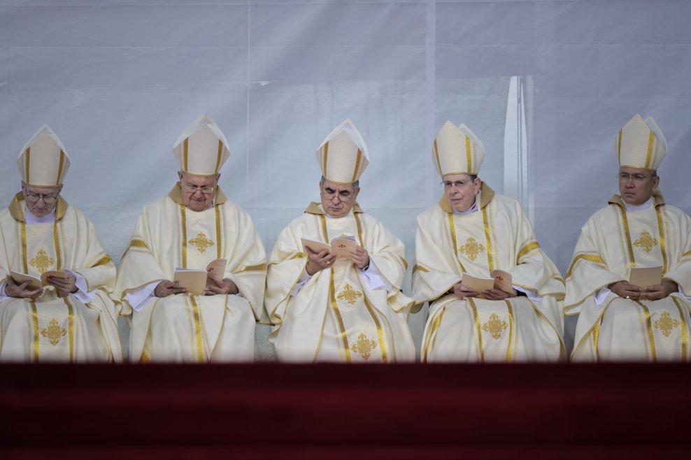 Episcopi stau pe o scena amenajata pe Campia Libertatii din Blaj, in fata  a cateva zeci de mii de pelerini sositi pentru a participa, in ultima zi a vizitei pe care Papa Francisc o face in Romania, la ceremonia de beatificare a sapte episcopi greco-catolici martiri, slujba oficiata de catre insusi Suveranul Pontif, duminica 2 iunie 2019. ANDREEA ALEXANDRU / MEDIAFAX FOTO