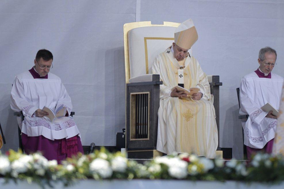 Zeci de mii de pelerini s-au strans pe Campia Libertatii din Blaj, pentru a participa, in ultima zi a vizitei pe care Papa Francisc ( al 2-lea din dreapta)  o face in Romania, la ceremonia de beatificare a sapte episcopi greco-catolici martiri, duminica 2 iunie 2019. ANDREEA ALEXANDRU / MEDIAFAX FOTO