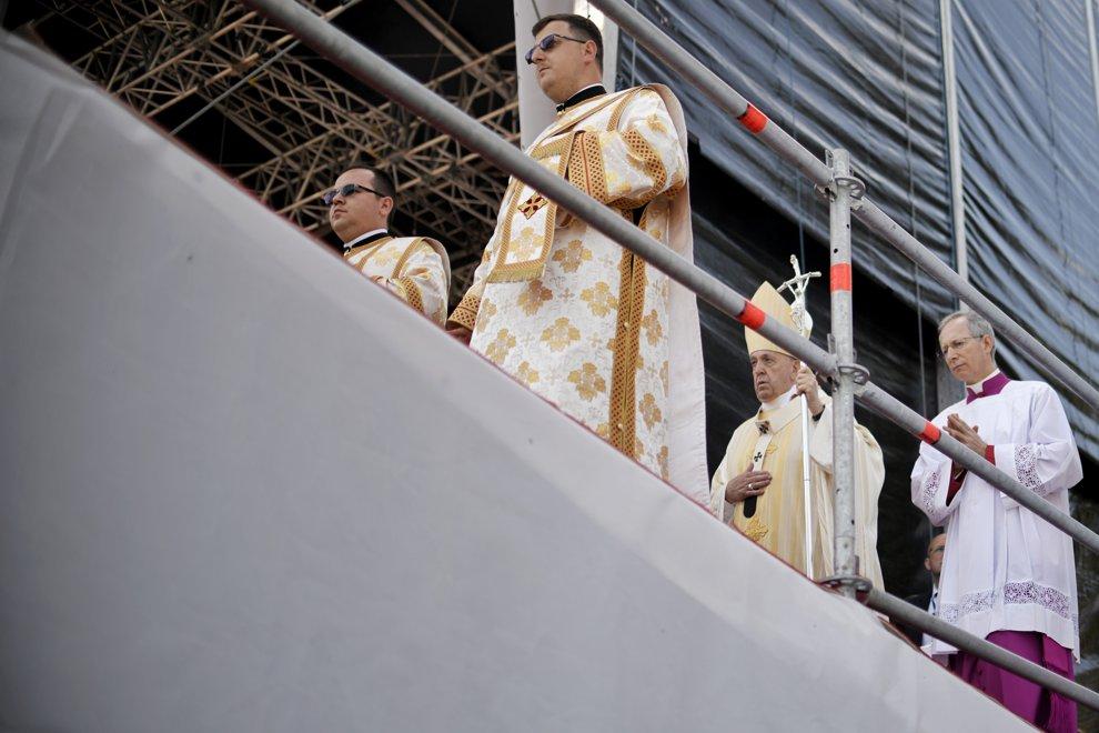 Papa Francisc ( al 2-lea din dreapta) urca pe scena amenajata in fata a zeci de mii de pelerini sositi pe Campia Libertatii din Blaj, pentru a oficia ceremonia de beatificare a sapte episcopi greco-catolici martiri, duminica 2 iunie 2019. ANDREEA ALEXANDRU / MEDIAFAX FOTO