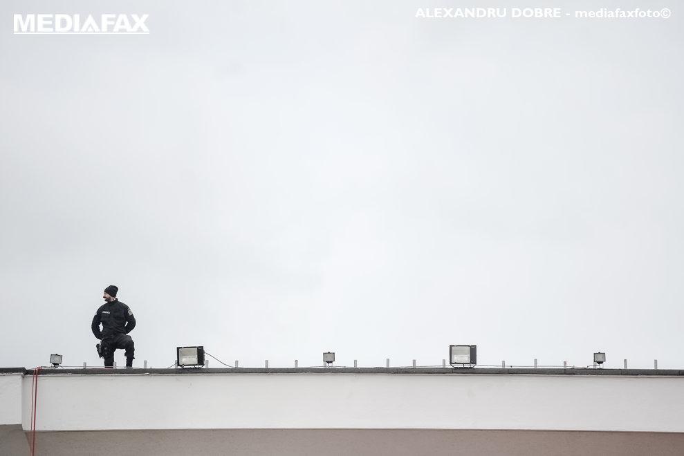 Un membru al trupelor speciale asteapta sosirea avionului cu care va sosi Papa Francisc, pentru o vizita de 3 zile in Romania, vineri 31 mai 2019, in apropierea aeroportului Henri Coanda din Bucuresti. ALEXANDRU DOBRE / MEDIAFAX FOTO