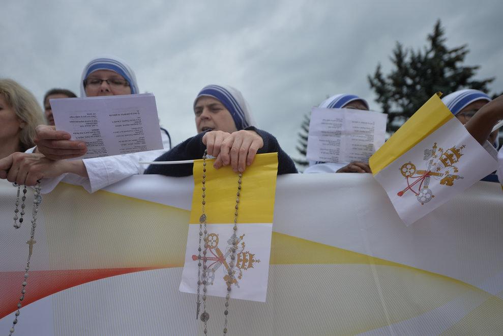 Doua maicute din ordinul Misionarele Caritatii asteapta sosirea avionului cu care va sosi Papa Francisc, pentru o vizita de 3 zile in Romania, vineri 31 mai 2019, in apropierea aeroportului Henri Coanda din Bucuresti. ALEXANDRU DOBRE / MEDIAFAX FOTO