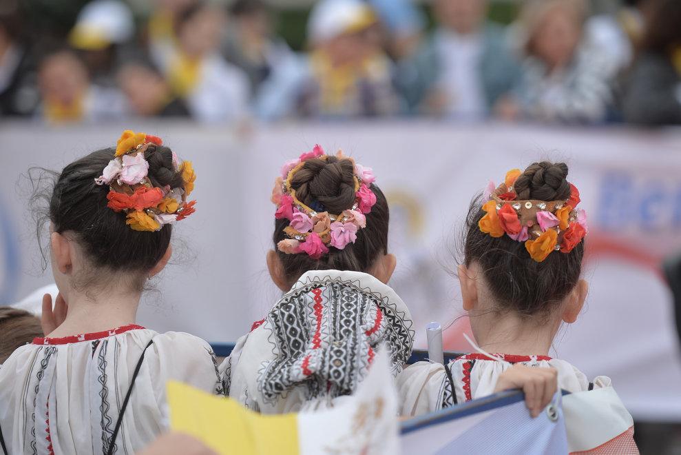 Trei fetite imbracate in costume populare traditionale, asteapta sosirea avionului cu care va sosi Papa Francisc, pentru o vizita de 3 zile in Romania, vineri 31 mai 2019, in apropierea aeroportului Henri Coanda din Bucuresti. ALEXANDRU DOBRE / MEDIAFAX FOTO