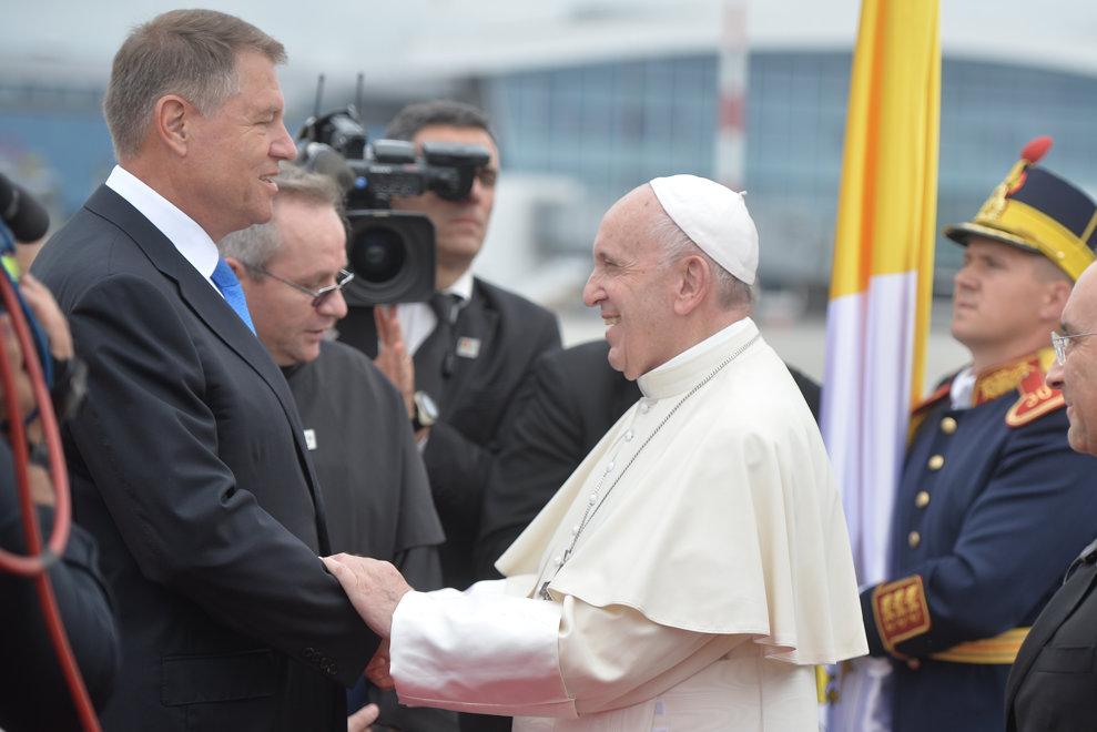 Presedintele Klaus Iohannis si Papa Francisc isi strang manile, la sosirea Suveranului Pontif pentru o vizita de 3 zile in Romania, vineri 31 mai 2019, pe aeroportul Henri Coanda din Bucuresti. ALEXANDRU DOBRE / MEDIAFAX FOTO