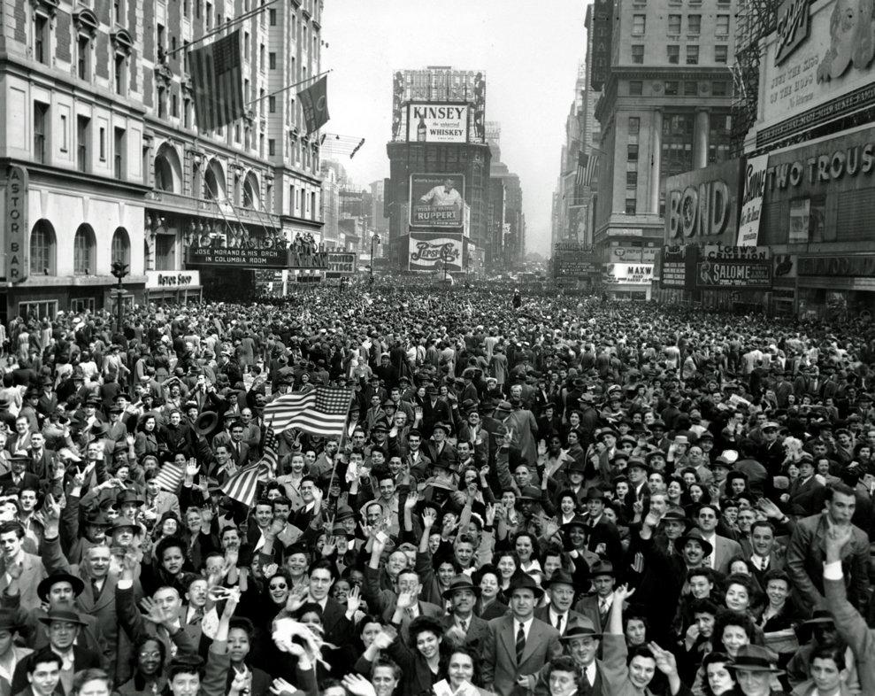 Americanii sărbătoresc în Times Square capitularea Germaniei, pe 7 mai 1945. (AP Photo/Tom Fitzsimmons)