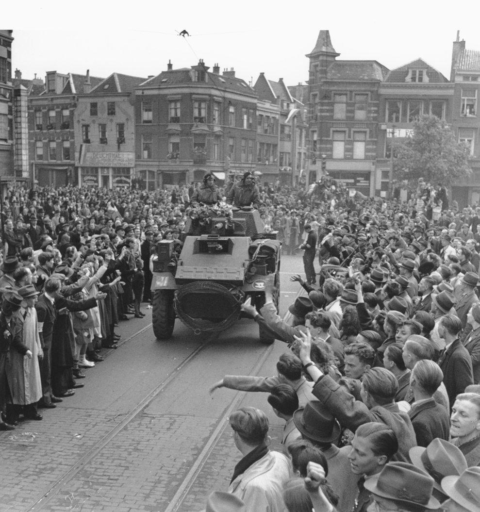 Mulţime reunită pe străzi în  Utrecht  pentru întâmpinarea soldaţilor aliaţi, 7 mai, 1945 (AP Photo)