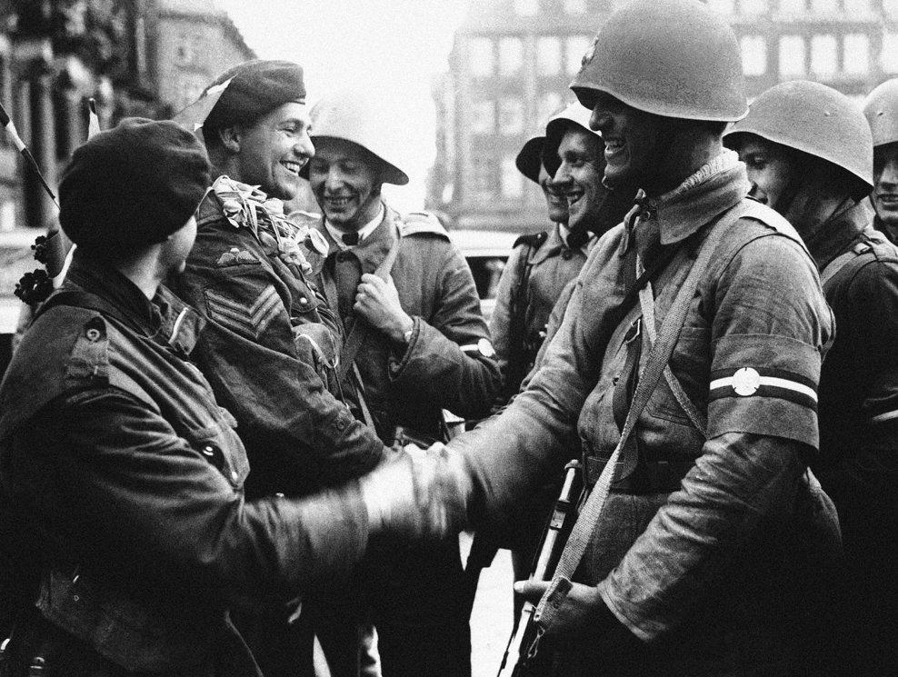 Primele trupe britanice care aterizează în Danemarca, întâmpinate în Copenhaga pe 7 mai 1945.(AP Photo)