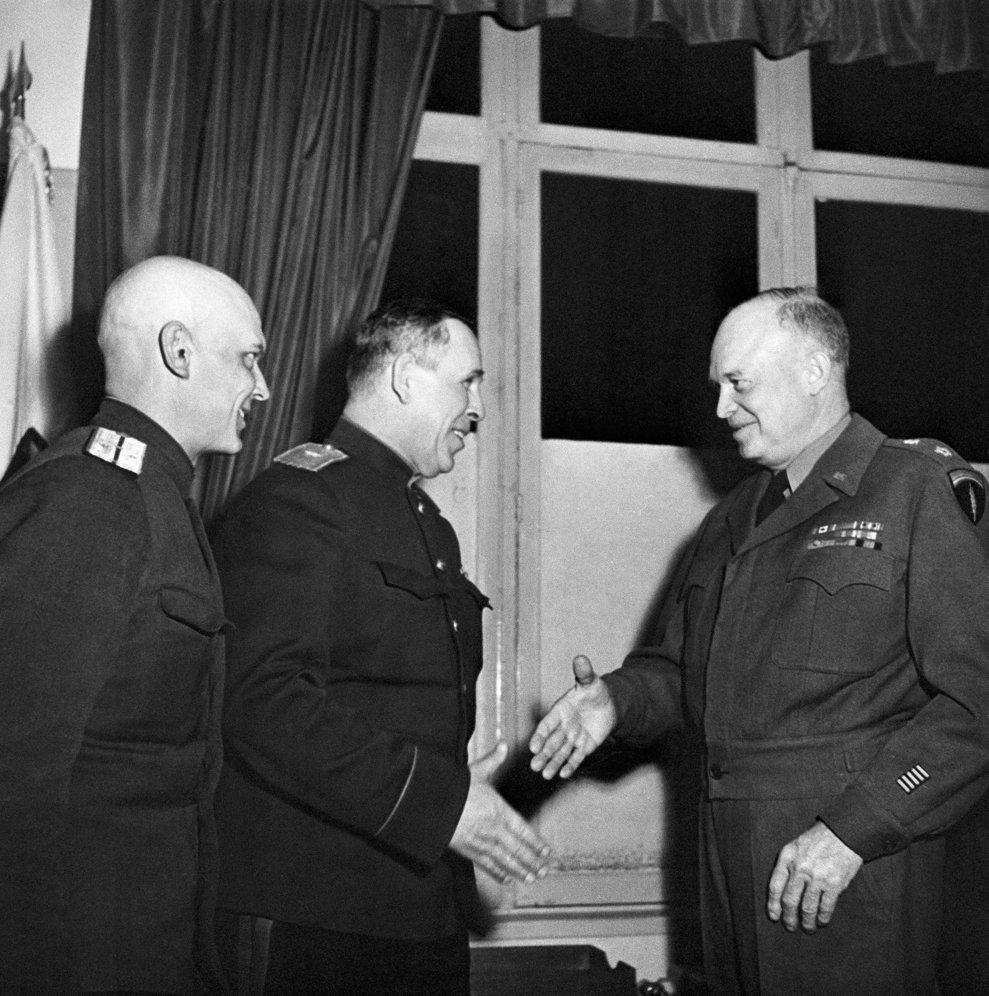 Generalul american Dwight D. Eisenhower dă mâna cu generalul sovietic Ivan Susloparov în Reims, Franţa, 7 mai 1945. (AP Photo)